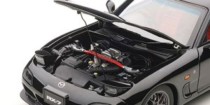 Nicely detailed engine bay with red stiffening bar.